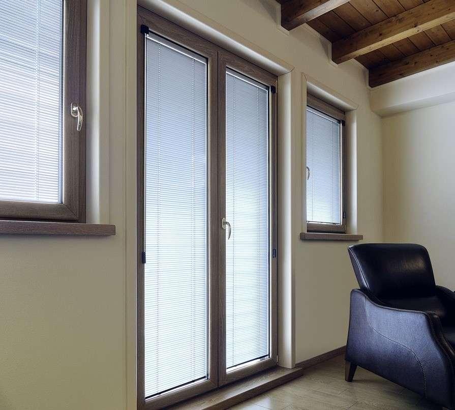 Finestre in pvc con veneziane integrate serramenti for Serramenti in pvc brescia prezzi